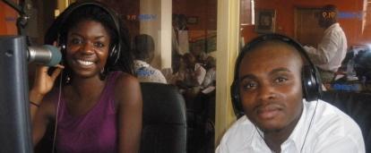 Pasante de periodismo en Ghana junto a su supervisor.